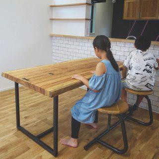 ︎ 【MUKU-TEN納品事例】 新しいお家に新しいテーブルが仲間入り ベリ一枚板テーブルは、マメ科の樹で硬質で頑丈な樹種です。ご家族が一目惚れした、明るい地色に濃い縞模様の杢目がはっきりと出た個性的な一枚! アイアン脚がお似合いの格好良いダイニングに子どもたちもとっても嬉しそうでした!ありがとうございました! ︎ 8/16(金)本日、11:00〜17:00オープンいたします。
