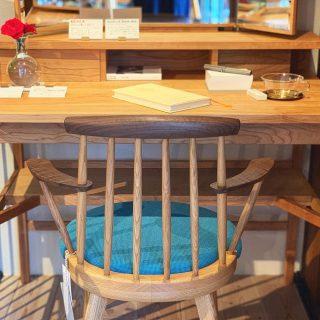 ︎ 新たな家具ブランドBENCAの取り扱い、始めました! 家具の産地として名高い、福岡県大川市の家具メーカー立野木材工芸さんのブランドです。 お向かいのALTANA Café @altana_cafe にて展示中! BENCA ジャスミンチェアHアーム ホワイトオーク×ウォールナット 50,000円+税 ローゼルドレッサーデスク(ミラー付き) ブラックチェリー 149,800円+税 ︎ 明日8/10(土)も11:00〜17:00オープンいたします。 ︎ 【夏季休業のお知らせ】 2019年8月11日(日)〜15日(木)の5日間 (定休日含む) ご不便をおかけしますが、どうぞよろしくお願いいたします。