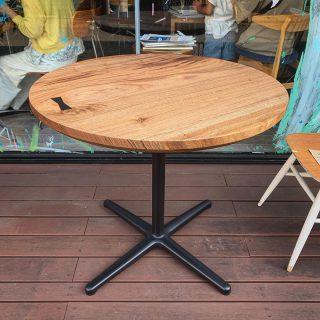 ︎ NEW︎【MUKU-TEN新商品】 一枚板丸テーブル始めました! 写真は、杢目のマーブル模様が美しい希少樹種のニューギニアウォールナット一枚板。スチール一本脚セットでの販売です。直径815mmの大きさは、ダイニングテーブルとしてなら2名、カフェテーブルとしてなら4名掛けとしておすすめです。 MUKU-TEN ニューギニアウォールナット 一枚板丸テーブル(スチール一本脚付き) 直径815×H715mm 定価160,000円+税 ︎ 新商品特価128,000円+税 只今、お向かいの @altana_cafe ALTANA Café前に展示中です。気になる方は当店までお気軽にお声かけください。 ︎