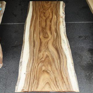 ︎ モンキーポッド一枚板はおおらかな流れのある杢目と辺材と芯材の色のコントラストが強い個性的な樹種。「この木何の木、気になる木♪」のCMでもお馴染みの木です。 こちらの写真の一枚は、W2,000×D750〜800mmと4〜6人掛けダイニングテーブルにおすすめのサイズです。※サイズ変更可能 ︎ 明日7/26(金)11:00〜17:00オープンいたします。