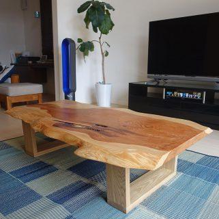 ︎ 【MUKU-TEN納品事例】 秋田天然杉一枚板を座卓に!一点モノならではの木目・形はさることながら、ワイルドな節穴もそのままに。まさにオリジナルの家具が完成しました! ︎ 8/2(金)本日も17時までオープンいたします。