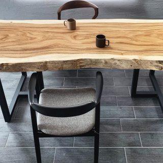 色数を抑えた中の美。 ︎ モノトーンの空間に モンキーポッド一枚板の個性的な杢目が際立ちます。 MUKU-TEN モンキーポッド一枚板 BKスチール脚45mm角 MARUNI COLLECTION HIROSHIMAアームチェア 起立木工 カムイチェア ︎