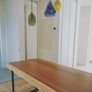 ︎ 【MUKU-TEN納品事例】 杉一枚板テーブルは、真っ直ぐに揃った杢目が端正で美しい一枚! ブラックスチール脚を合わせることで、カジュアルな印象に。 ︎ 8/17(土)本日も11:00〜17:00オープンいたします。