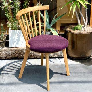 ︎ 【新家具紹介】 丸く削られた木部とカラフルなシート、背もたれの組み合わせを愉しめるチェア。 ラウンドした笠木とスピンドルが特徴的な Mタイプは、斜めや横向きに座っても、優しく背中を受け止めます。 同じシリーズのハイバックタイプ、アーム付きタイプも選べます。 立野木材工芸 BENCA JASMINE Dining chair M ・ホワイトオーク 51,000円+税(写真) ・ホワイトオーク×ウォールナット 52,000円+税 ※張地のカラーは20色の中から選べます。 ︎ ︎