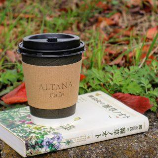 . . カフェ前の木々も秋色へ。 . お天気が良いときには テイクアウトもオススメ♪ . . / テイクアウト 出来ます。 \ .