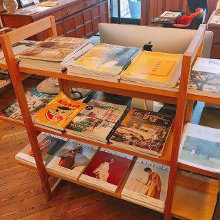 雑誌コーナーあります! アルタナカフェは様々なジャンルの本や雑誌を置いていますがレコードプレーヤー前のソファー席の横に雑誌コーナーがあります。雑誌のバックナンバーが置いてある棚もあるので気になる方はお手にとって是非ご覧になってください。 昨日発売した新スイーツメニュー 「シャインマスカットのジュエリーパルフェ」ですが昨日はお陰様でご用意分が完売しました^_^ 数に限りがありますので本日も無くなり次第終了とさせていただきます。