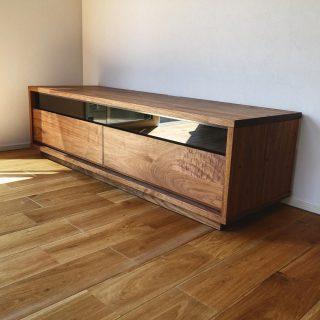 ︎ 【MASTERWAL 家具納品事例】 シンプルで高品質な家具をさりげなく 木製の家具は、良くも悪くも品質が現れやすいところ。たとえば、お客様を通す機会もあるリビングのTVボードにもこだわりたいものです。MASTERWAL の家具は、ウォールナット無垢材を使用したしっかりとした造り。 良いものをさりげなく使うことで印象が違います! MASTERWAL BASS AV board ︎ ︎ 静岡にマスターウォールがやってきます! MASTERWAL ロードショー静岡 10/5(土)・6(日)・7(月) 各日10時〜19時 会場;ツインメッセ静岡西館1F 当店でも人気のマスターウォールは、高品質なウォールナット材とシンプルなデザインで長くお使いいただけるしっかりとした造りの岡山県発国産家具メーカー。 10月の3日間、ツインメッセ静岡の会場に人気のアイテムを多数展示!マスターウォールの世界をご体感いただけます! この機会にぜひ、ご覧になってください。 ご興味のある方は当店よりご招待状をお渡しいたします。 DMもしくは、TEL 0545-51-8700までお気軽にお問い合わせください。 ︎ ︎ 9/28(土)本日も17時までオープンしております!