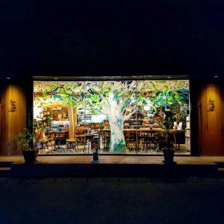 . / 今月も多くのお客様に 御来店いただきました ありがとうございます \ . . . これからの季節 カフェの閉店時間には 辺りが暗くなり 窓に描かれた 作品はより鮮やかに🌳 . . . 10月もどうぞ よろしくお願いいたします . . . .