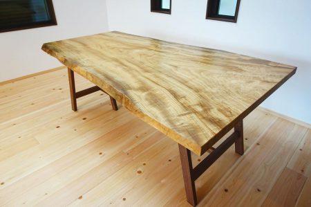 ︎ 【MUKU-TEN納品事例】 こちらの クス一枚板は、最大幅1m以上の大きめサイズ。お友達や親戚が集まった時のホームパーティーも悠々と楽しめそうなダイニングテーブルです