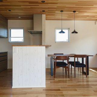 ︎ 【MASTERWAL 家具納品事例】 Living D 第一建設の新築住宅に の家具を納品しました! 高品質ウォールナット無垢材を使った、飽きのこないシンプルなデザインの長くお使いいただける、贅沢な家具です。 ︎ MASTERWAL ・WILDWOOD ダイニングテーブル ・UC2チェア ・TRチェア ・BASS AV board ︎ 静岡にマスターウォールがやってきます! MASTERWAL ロードショー静岡 10/5(土)・6(日)・7(月) 各日10時〜19時 会場;ツインメッセ静岡西館1F 当店でも人気のマスターウォールは、高品質なウォールナット材とシンプルなデザインで長くお使いいただけるしっかりとした造りの岡山県発国産家具メーカー。 10月の3日間、ツインメッセ静岡の会場に人気のアイテムを多数展示!マスターウォールの世界をご体感いただけます! この機会にぜひ、ご覧になってください。 ご興味のある方は当店よりご招待状をお渡しいたします。 DMもしくは、TEL 0545-51-8700までお気軽にお問い合わせください。