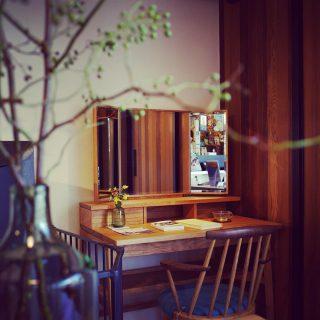 アルタナカフェの入口のドレッサーは、ブラックチェリーの無垢フレームが美しい三面鏡。 九州筑紫地方の言葉で、美しいという意味のべんか「BENCA」がブランド名の福岡大川の立野木材工芸の家具。 アクセサリーのような真鍮の蝶番や繊細な佇まい。収納やデスクとしての使い勝手をお確かめください。 カフェ向かいの @hanare_altana で購入ができます。