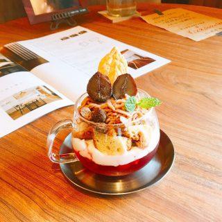 「カシスルージュのモンブランパルフェ」 お陰様でお客様からも好評です 様々な味わいや食感を楽しむ事ができ最後まで飽きがなくお召し上がりいただけますよ
