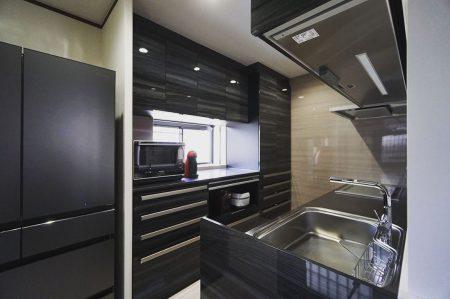 「広々とした収納スペースを設けたキッチンリフォーム」 壁付けキッチンから対面式キッチンに変更する際にお施主様要望で設けました。 ———————————— more photos→@altana_renovation ————————————— 富士市永田67-17 1F TEL0545-51-8700 の なら へ! 「これまで」と「これから」を彩るリノベーション、として リノベカフェ と「部屋を考える店」インテリアショップ の2店を拠点に リフォーム・リノベーションのご相談から家具のコーディネートまで、 すべてを一か所で完結できるスムーズな流れのご提案をいたします。 . 店舗から水回りなどの設備交換、間取り変更や住まいの性能強化まで。