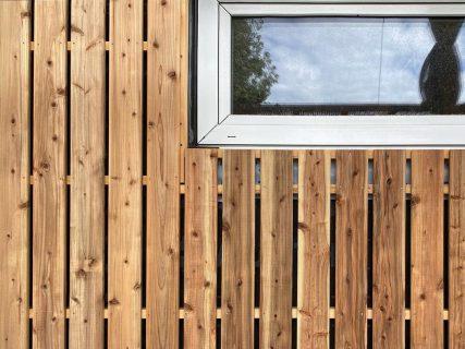 アルタナの新しい場所 @besso_altana 住まいと暮らし ロングライフをデザインしよう! 大工が一枚一枚施工中! 屋久島地杉の外壁とトリプルガラス窓。 未来の家 A棟建築中! 12月open