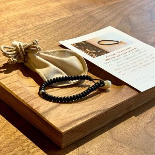 ︎ 【ワークショップ開催のお知らせ】 EBONY×Pearl 10/25(金)「黒檀(コクタン)とパールのブレスレット作り」を開催します! ※写真はWSで作るブレスレットイメージ 高級家具、彫刻、キャビネットなど美術装飾材として珍重される木材の「縞黒檀(シマコクタン)」。EBONY(エボニー)とも呼ばれます。 硬いわりに加工しやすいのが特徴の木材です。 ハナレアルタナの一枚板テーブルMUKU-TENの割れ止め加工「チギリ」の素材としてもよく使われています。 よく見ると黒と茶の縞模様を形成しており、シックで落ち着いた大人の雰囲気! 今回は、富士宮市の「工房JEWEL INUURA」の犬浦浩二氏を講師にお迎えし、こちらの縞黒檀と歪なカタチが個性的な天然パールを組み合わせて、素敵なブレスレットをお作りいただけます! 開催日時;10/25(金)①13:00〜 ②14:30〜 所要時間;1時間弱 定員;各回5名※ご予約先着順 講師;「工房JEWEL INUURA」犬浦浩二氏 会場;ハナレアルタナ店内 参加費;特別価格 2,000円(税込)※材料費含む・1ドリンク付き お申込み;TEL 0545-52-9064 担当;小櫛(オグシ) ご参加希望者のご予約は、上記お電話受付、もしくはこちらのDMにどうぞ! ︎ 【明日10/12(土)臨時休業のお知らせ】 台風19号上陸、接近の影響を鑑み、明日10/12(土)は終日、臨時休業とさせていただきます。 ︎