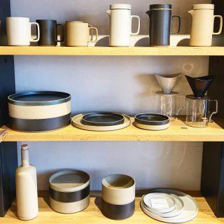 ︎ テーブルウェアの棚 飽きのこないシンプルな色と形。 ︎ 本日10/18(金)も17時まで営業中!