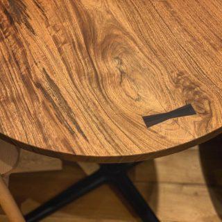 ︎ 一枚板のラウンドテーブル ニューギニアウォールナットの丸テーブルです。 美しい杢目と無垢材ならではの自然の風合いが愉しめます。 直径815mmサイズの天板は、2人掛けダイニングテーブルや4人掛けカフェテーブルとしても使えそう! 一枚板で作られた丸テーブルは珍しく、希少価値の高い逸品です。 ︎ 10/19(土)本日17時まで営業中!