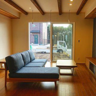 ︎ MASTERWALのPoroソファとMUKU-TENカバ桜一枚板のリビングテーブルを納品いたしました! 広々リビングにカウチ付きソファとブラックチェリー色の床に馴染む一枚板リビングテーブルが贅沢な雰囲気を醸し出します ︎ 明日11/1(金)11:00〜17:00オープンいたします!