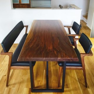 ︎ ブラックウォールナット一枚板ダイニングテーブルに のKotiシリーズのチェアとベンチを合わせました。 チェアとベンチは、デザインと張地を揃え、フルアーム/ショートアーム/長椅子と少しずつ形態に変化を持たせることで、まとまりを感じさせながら、単調にならない工夫が