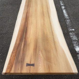 ︎ 京都杉一枚板。 こちらは、端正な細かい杢目と独特な波形模様の杢目が同居した一枚。 柔らかで上品な印象で和洋問わない雰囲気です。 サイズ;W2,250×D700〜815mm ︎ 本日10/18(金)17時まで営業中!