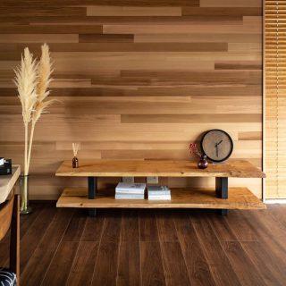 MUKUTENのAVボード 鬼胡桃の一枚板を2段に。 現在富士宮市の新築住宅見学会場に展示中。気になる方は、お問い合わせください♪