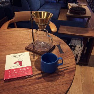 ︎ 日が短くなってきました。 秋の夜長に丁寧に淹れたコーヒーと読書を… ・ 本日10/21(月) 17:00まで営業しております。 ・