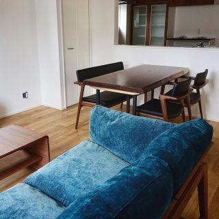 ︎ 【MUKU-TEN&冨士ファニチア家具納品事例】 ブラックウォールナット一枚板テーブルと の家具でコーディネートしたLD。 家具の木材を濃い色調のウォールナットで揃え、統一感を図りました! MUKU-TEN ・ブラックウォールナット一枚板テーブル 冨士ファニチア ・Koti アームチェア ・Koti アームレスチェア ・Koti 背付き2Pベンチ ・nagi ワイド2Pソファ ・Ahti リビングテーブル ・Ahti TVボード