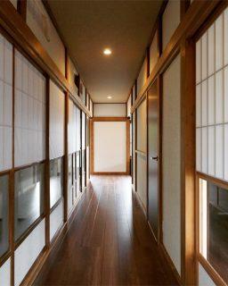 「築60年の住宅のリノベーション」廊下編。 廊下部分は既存の床の上に薄型断熱材を敷き詰めた上で新しいフローリングを張り、キレイにしながらバリアフリー化も行いました。 鴨居や柱、障子などはアク抜き洗浄でキレイさを取り戻しました。 暗いと言われていた照明もLEDのダウンライトで明るくなりました。 昔ながらの雰囲気を残しつつ、性能も向上させる事が出来るのがリノベーションの良いところです。 ———————————— more photos→@altana_renovation ————————————— 富士市永田67-17 1F TEL0545-51-8700 の なら へ! 「これまで」と「これから」を彩るリノベーション、として リノベカフェ と「部屋を考える店」インテリアショップ の2店を拠点に リフォーム・リノベーションのご相談から家具のコーディネートまで、 すべてを一か所で完結できるスムーズな流れのご提案をいたします。 . 店舗から水回りなどの設備交換、間取り変更や住まいの性能強化まで。