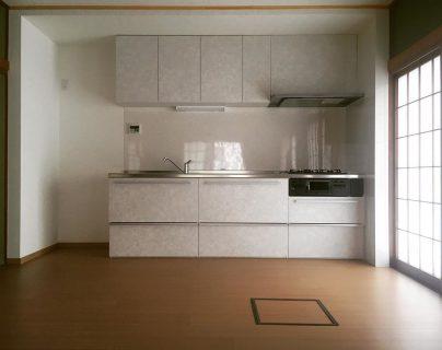 築30年を超えるお客様宅の用途変更リフォーム。(和室→ダイニングキッチン) 床の間と押入れを解体し、構造補強を行いつつ、キッチンスペースに変更しました。 床は畳を撤去し、クッションフロアに変更しています。 # ———————————— more photos→@altana_renovation ————————————— 富士市永田67-17 1F TEL0545-51-8700 の なら へ! 「これまで」と「これから」を彩るリノベーション、として リノベカフェ と「部屋を考える店」インテリアショップ の2店を拠点に リフォーム・リノベーションのご相談から家具のコーディネートまで、 すべてを一か所で完結できるスムーズな流れのご提案をいたします。 . 店舗から水回りなどの設備交換、間取り変更や住まいの性能強化まで。
