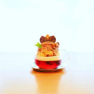 10/15〜期間限定新メニュー 「栗とカシスルージュのモンブランパルフェ」 マロンの茶系グラデーションとルージュ色のカシスゼリーが秋色のALTANA流モンブラン。 自家製プレーンシフォンケーキと口どけの良い、なめらかなマロンクリームとベルギー産ヴァニラアイスクリームの上に栗の渋皮煮とリーフパイをトッピング。 食べ進める先のカシスゼリーにはラズベリーを散りばめました。 まったりとした甘味と爽やかな酸味のほど良いバランスが飽きさせません。 ミックスナッツのキャラメリゼが食感のアクセントととして効いています! 満足感たっぷりのご褒美モンブラン♪ぜひご堪能ください。 ¥630+tax ※シャインマスカットのジュエリーパルフェは10/14迄となります。