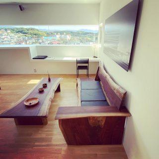 「MUKU ten.」 Premium コンセプトは「1本の木からつくるプリミティブでモダンなインテリア家具」 1本のブラックウォールナットから削り出した一枚板の個性を活かし 全て共木で素材を大切にリスペクトしながら現代なデザインにデザイナーと職人が落とし込んだ 唯一無二の「ソファとソファテーブル」 漆器作家が木の個性を活かしつくる「花器・器」 三島芙蓉台 @the_gallery_mishima 展示販売中です。 詳しくは、ダイレクトメッセージでも受付ています。