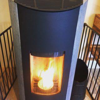 ペレットストーブに火を入れてみました 薪ストーブと違い燃料にペレット(木の粉等を圧縮した物)を使い、煙や燃えかすも少ないんです 柔らかな輻射熱は心地よく炎のゆらぎは見ているだけで癒されますよ