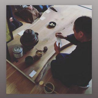 個性的なブラックウォールナットのMUKUten.一枚板 を囲んだ茶会 @the_gallery_mishima にて開催しました。 . . 「MUKU ten.」 Premium 発表会開催中 . 一枚板オリジナル家具のデザイナー&マイスターproducts シリーズ コンセプトは「1本の木からつくるプリミティブでモダンなインテリア家具」 1本のブラックウォールナットから削り出した一枚板の個性を活かし全て共木でデザインしつくる「ソファとソファテーブル」 漆器作家が木の個性を活かしつくる「花器・器」 三島芙蓉台 The Galleryで11月末まで展示中です。 @the_gallery_mishima 11月3日-11月27日 オープン日11月8日・10日・13日・22日・23日・24日・27日オープン時間 13:00-18:00(オープン以外は予約制) .. 会場:The Gallery 三島市芙蓉台1丁目13−19 連絡先:080-6915-1888 / annex_0322@yahoo.co.jp
