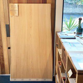 ︎ ナチュラルシンプルな一枚板。 サイプレス一枚板は、別名セイヨウヒノキと呼ばれるヒノキの仲間。 明るい色合いと真っ直ぐに揃った綺麗な杢目が特徴です。 pic.2のようなシンプルでキレイ目なインテリアにマッチします! 濃い色の床や建具のお部屋にあえて明るいテーブルを合わせると、家具の存在感が増しますね! その反対(明るい色の床、建具に濃色の家具)も然り️ ︎ 11/15(金)本日17時までオープンしております。