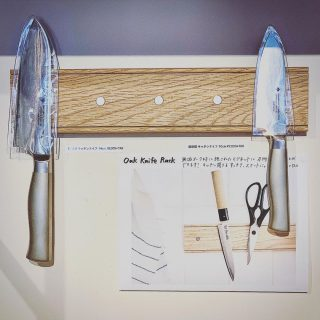 ︎ マグネットで使い易く、スマートな収納を。 包丁やキッチン鋏などの金属製のキッチンツールを壁面にマグネットで固定することのできるラックです。 道具がどこにあるか一目で分かり、手に取り易く便利 素材は木材(オーク無垢材)。清潔に見た目にも美しく収納することができます! キーホルダーや文房具などの小物を留めるなど、使い方次第で様々な用途がありそうです。 ︎ 【設置について】 本体裏面の穴を、あらかじめ釘など取り付けた壁面に掛ける仕様。釘などの付属品は無し。 また、マグネットの取り外しで力が加わる為、両面テープでの設置はおすすめしていません。 Creamore Mill Oak Knife Rack 5 Magnets 3,600円+税 柳宗理キッチンナイフ ・18cm 8,500円+税 ・14cm 8,000円+税 ・10cm 7,000時+税 ︎ ︎ 11/15(金)本日11:00〜17:00オープンいたしたします。