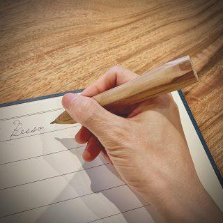 ︎ プリミティブな屋久島地杉のボールペン Living D 第一建設の富士市富士見台分譲地内に新しくオープンする @besso_altana のオープニングイベントにて、現代美術作家の持塚三樹さんによるワークショップ「屋久島地杉のボールペン作り」を開催いたします! 新モデルハウス「HIBIKI The MIRAI」の外壁として使われている貴重な屋久島地杉の木端を材料とし、オリジナルのボールペンを作りましょう! 素材そのものの魅力を活かしながら、グリップの持ち易さを考えてフィットする形に削り出せば、長く愛せる自分だけのボールペンが完成します。作家の持塚さんと相談しながら、お好みで色柄などをプラスして個性を出しても良いですね! この機会にぜひ、ご参加ください。 12/14(土) 10:00〜16:00 「屋久島杉のボールペン作り」 参加費;オープニング記念 特別価格 500円 会場;富士市富士見台5丁目-2-92 富士見台Living Dガーデン分譲地内 Besso ALTANA ご予約不要・材料がなくなり次第終了 @besso_altana