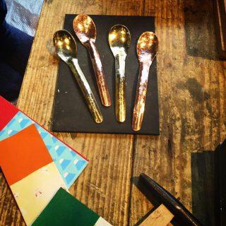 小野銅工店さんの「選べる!銅or真鍮のスプーン、フォーク作り」ワークショップをLiving Dガーデン富士見台分譲地の新モデルハウスオープニングイベントにて、開催いたします! 銅または真鍮を素材としたスプーンやフォーク作り 金槌を使って一槌一槌打ち付けて、丁寧に作ります。 使えば使うほど味が出る、長く愛せる自分だけのお気に入りの1本を作りましょう! pic.2〜はワークショップイメージ。子どもから大人までご参加可能!ご予約不要。先着順です。材料がなくなり次第、終了。Living D 新モデルハウスエリア Besso ALTANAオープニング記念の特別価格での開催です。この機会にぜひ、親子でご参加くださいね! 12/14(土) 10:00〜16:00 「選べる!銅or真鍮のスプーン、フォーク作り」 参加費;オープニング記念 特別価格 500円 or 650円 会場;富士市富士見台5丁目-2-92 富士見台Living Dガーデン分譲地内 Besso ALTANA @besso_altana