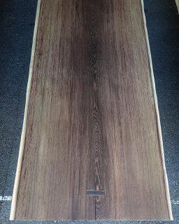︎ 【MUKU ten.新入荷️】 新しい一枚板入荷しました! こちらはウェンジ②。 マメ科の広葉樹でアフリカ産です。 杢目が細かく、非常に重硬な樹種。 黒と茶色の濃色は塗装を施すとさらに濃くなり、その高級感は、シックで重厚な雰囲気のインテリアにピッタリです。 こちらは一つ前の投稿の板と同じ木から切り出したもう一枚(共木)。幅広のストレートで、割れも少ない逸品です! ゆったり6人掛けダイニングテーブルとしてオススメです。 W1,900×D860〜910mm サイズ変更可。 未加工・無塗装状態。 明日11/30(土)も11:00〜17:00オープンいたします。