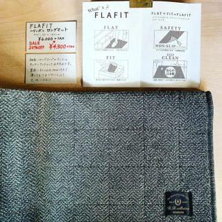 ︎ フラットなキッチンマット。 FLAFITは薄くて、滑りにくいロングタイプのマット。キッチンマットとしておすすめです。 ・フラットなのでつまづきにくい! ・裏面すべり止め加工付き! ・柔らかく巻きやすい為、ご家庭の洗濯機で丸洗いが可能! サイズ;50×180cm カラー;グレー ・ ・