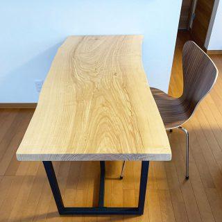 ︎ 【MUKU ten.納品事例】 ホワイトアッシュ一枚板ダイニングテーブルを納品しました! W1,200×D580mmとコンパクトなサイズの一枚板ですが、ご夫婦お二人でご使用とのことで丁度良く、すっきりスマートに納まりました。 ホワイトアッシュは明るい色合いと、揃った杢目が特徴でキレイ目な印象 幅広いテイストのインテリアスタイルに合わせやすい樹種です。 ︎ ︎ 【ハナレアルタナ店舗年末年始休業のお知らせ】 下記の期間、ハナレアルタナ店舗を年末年始の休業とさせていただきます。 12/24(火)〜2020年1/9(木) ※火水木は定休日 年明けは1/10(金)から通常営業となります。 どうぞよろしくお願いいたします。