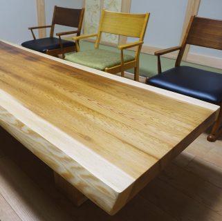 ︎ 【MUKU ten. 納品事例】 京都杉一枚板座卓を和室に。広い和室に2m超えの立派な京都杉一枚板を採用いただきました! 座卓と椅子が置かれたお部屋の中央の床は無垢板張り、両サイドは畳敷きの品格ある和室に馴染みました 12/21(土)本日、11:00〜17:00オープンいたします。 ︎ ︎【年末年始休業のお知らせ】 下記の期間、年末年始の休業とさせていただきます。 12/24(火)〜2020年1/9(木) ※火水木は定休日 年内の営業は12/23(月)までとなります。 年明けは1/10(金)から通常営業となります。 どうぞよろしくお願いいたします。