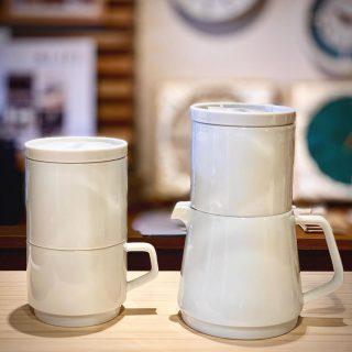︎ 使わない時もかさばらず、すっきりスマートなコーヒーウェア。 KINTOのFAROは、コーヒードリッパーの下にとマグ、ポットがそれぞれセットになっています。 口径が同じ大きさなので、スタッキングして置いておけるのがとってもスマート! ドリッパーの蓋はコーヒーを抽出した後の受け皿としても使えます️ ステンレス製のフィルター付きで、紙フィルターが不要。エコな上に旨味成分であるコーヒーオイルを多く抽出できます。 KINTO FARO ・コーヒードリッパー&マグ 3,000円+税 ・コーヒードリッパー&ポット 3,500円+税 本日12/7(土)17時までオープンしております。