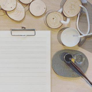 ︎ おはようございます ワークショップ「モダンカリグラフィーのXmasオーナメント作り」開催中! 皆さま真剣! 所作が美しいです オーナメントに実際に書く前に、まずは紙に書いて練習中! 講師の @mashiro_plus 佐野先生が優しく丁寧に教えてくださっています🤲 12/1(日)本日11:00〜17:00オープンいたします! @mashiro_plus