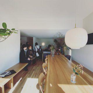 ・ オープンしたアルタナの別荘 @besso_altana のインテリアはハナレアルタナの取扱い家具でリアルコーディネート。 15畳のリビングダイニングの3mの水楢一枚板ダイニングテーブルとベンチ。 コンパクトで天井を下げたリビングのラウンジチェアとソファ 高さとサイズが比較できるベッドなどの 設えをご体感、家具選びの参考にしてください。 年内のBessoALTANAのオープン日は 12/21土 10時〜18時 12/22日10時〜16時 12/23月13時〜16時 12/26木予約受付 となります! #