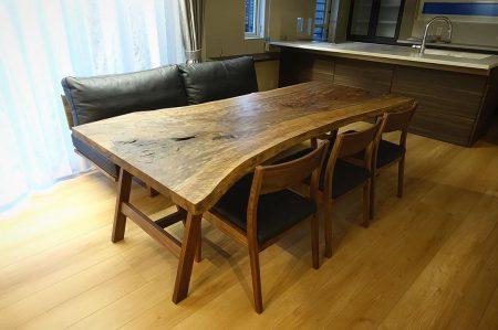 ︎ 【MUKU ten. & masterwal 家具納品事例】 バストゥーンウォールナット一枚板ローダイニングテーブル、マスターウォールのソファとチェアを納品いたしました! リビングとダイニングを兼ねた形でソファに掛けながら食卓を囲めるように一枚板テーブルの高さを低めに調整。 マスターウォールのローダイニングチェアを合わせ、しつらえました。 希少価値の高いバストゥーンウォールナットの複雑な杢目と深みのある色合い、マスターウォールのソファとローチェアはブラックの本革で揃え、シックな雰囲気にまとまりました 明日12/22(日)も11:00〜17:00オープンいたします。 ︎ ︎【年末年始休業のお知らせ】 下記の期間、年末年始の休業とさせていただきます。 12/24(火)〜2020年1/9(木) ※火水木は定休日 年内の営業は12/23(月)までとなります。 年明けは1/10(金)から通常営業となります。 どうぞよろしくお願いいたします。