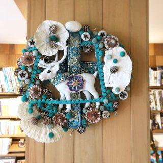 沼津にある「MIDORIYA」さんに作っていただいたリース! 色々な素材や質感の違う物が使われていて素敵です
