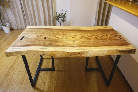 【MUKU ten.納品事例】 ゼブラウッド一枚板ダイニングテーブルを納品しました!ゼブラの名前の通り、明るい地色に濃色の縞模様が特徴の一枚です🦓 ブラックのスチール脚を合わせることでカジュアルで格好良い印象に! ご夫婦が一目惚れされたこちらの板、オイル塗装仕上げの自然な風合いがお似合いのナチュラルな雰囲気のお部屋にピッタリのコーディネートとなりました 本日12/23(月)17時までオープンしております! 年内の営業は本日で最後となります。本年も大変お世話になりました。新年もどうぞ宜しくお願いいたします。