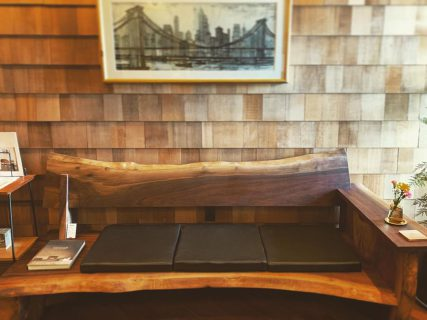 ︎ MUKU ten. Premium ブラックウォールナット一枚板ソファ 只今、 @altana_cafe 入口に展示中! 自然が作り出す大らかな流れの形を生かした、唯一無二の贅沢ソファ。 ぜひ、お掛けになってご体感ください! 価格応相談。 ハナレスタッフまでお気軽にお問い合わせください。 本日1/11(土)も17:00までオープンしております!