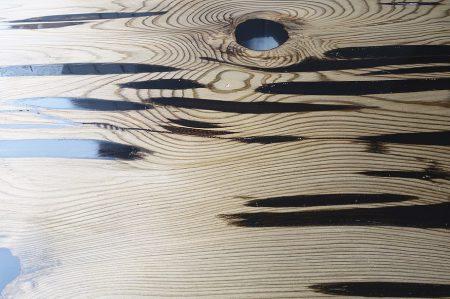 ︎ 新入荷の 神代杉一枚板は、レジン仕上げ。 土の中で長い間埋もれていた古く、貴重な杉材「神代杉」から削り出した板の欠損部分に植物性レジン(天然樹脂)を流し込み、デザイン的なアクセントとして仕上げた一枚です。 写真の板の黒く見える部分がレジンです。透過性があるので、光が当たると若干、透けて見えるのがお分かりいただけますでしょうか? 石油系の合成樹脂と比べ、安心安全な素材の天然レジンは、植物の樹皮などに含まれる樹液が揮発成分を失ったのちに固体化したもの。宝石の琥珀や日本画の顔料を定着させる膠(ニカワ)などと同じ成分です。 貴重で個性的な主役級の一枚 独特な色合いは、和にも洋にも合いそうです。 ぜひ、実物をご覧ください!