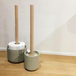 ︎ シックなトイレグッズ ・ 陶器製のケースは吸水性と通気性があるので底に水が溜まりにくく、内部を清潔に保つことができます。 トイレットペーパーストッカーはトイレットペーパー3つ分収納することができます。 ・ シックなトイレにはシックなグッズを合わせたいですね ♪ ・ 【中川政七商店】 ︎トイレブラシ ¥5.000+税 ︎トイレットペーパーストッカー ¥4.500+税 ・ 本日1/20(月) 17:00まで営業しております。 ・